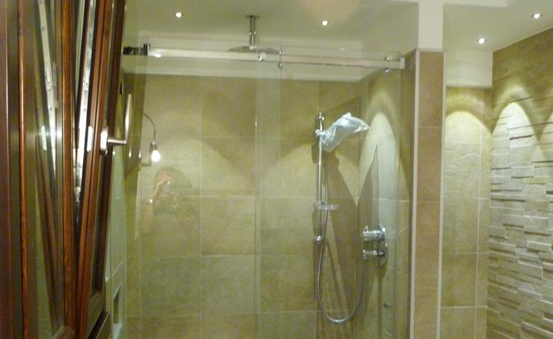 Illuminazione interno doccia idee creative di interni e - Illuminazione per doccia ...
